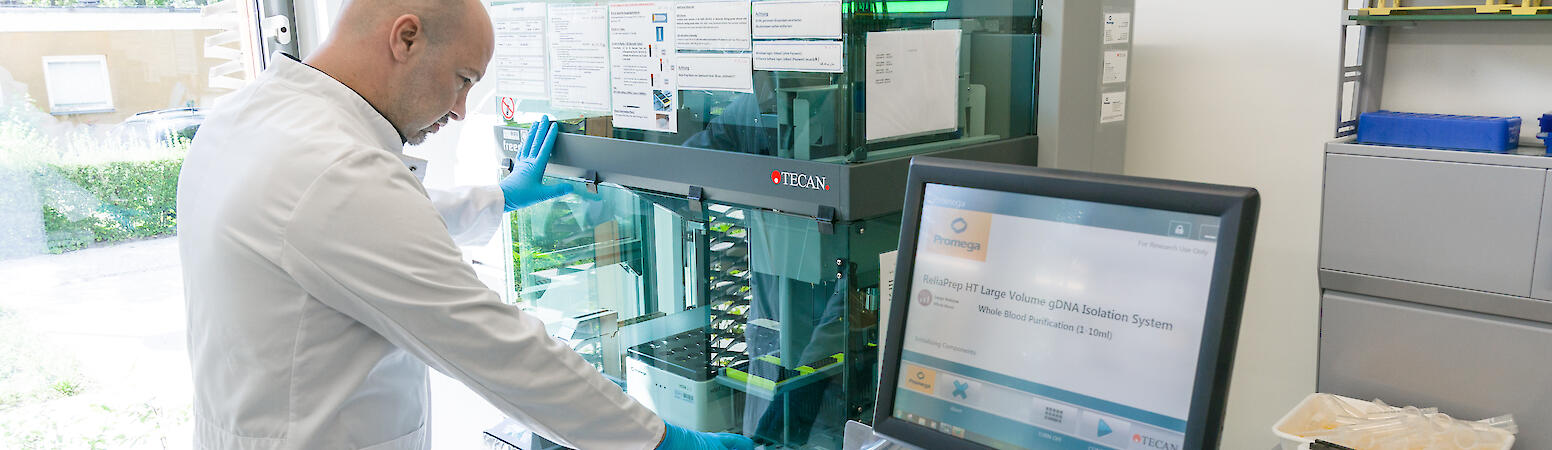 Staff member of the Central Biobank Charité, Berlin (ZeBanC) uses a robot to isolate DNA from blood samples of the National Register., Wolfram Scheible für Nationales Register