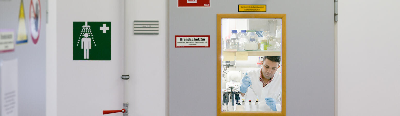 View into a research laboratory through an emergency fire door., Wolfram Scheible für Nationales Register